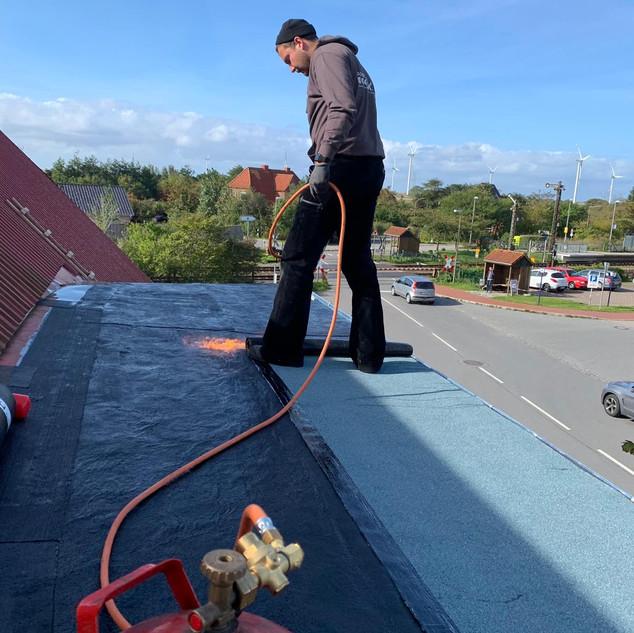 Reparaturarbeiten Flachdach Bitumen Dachpappe schweißen