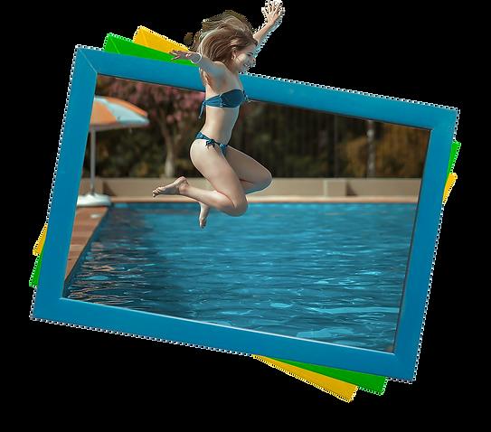 Imagem de uma mulher que usa biquíni azul e está pulando em uma piscina, ela está totalmente no ar, cabelos ao vento e pernas dobradas.