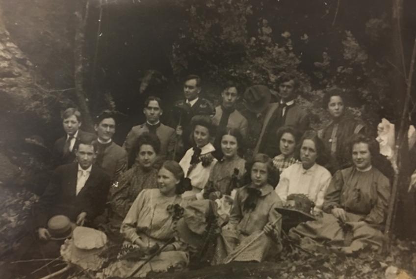Reinhardt class of 1909 picnic cropped.p