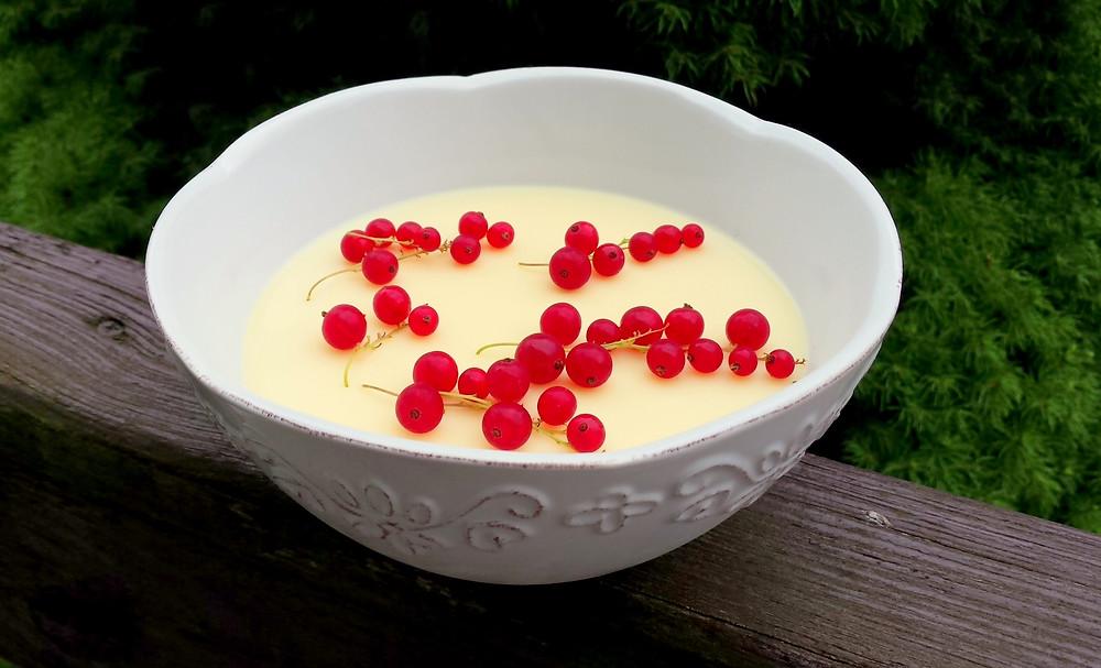 Sernik jogurtowy z czerwoną porzeczką