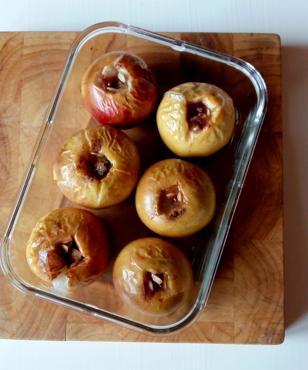 Jabłko pieczone z cynamonem i żurawiną