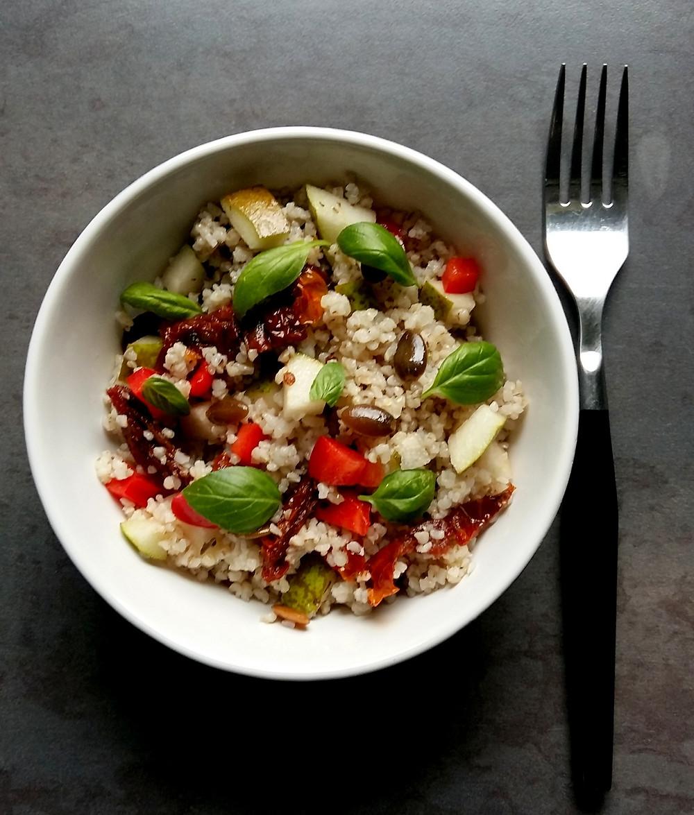 Sałatka z kaszą, gruszką i suszonymi pomidorami