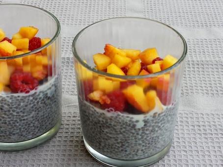 Budyń z nasionami chia i owocami (152kcal)