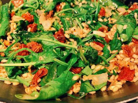 Stir-fry z kaszą pęczak, szpinakiem i suszonymi pomidorami (461 kcal)