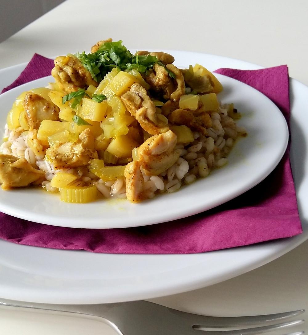 Gulasz curry z kurczakiem i pietruszką na kaszy pęczak