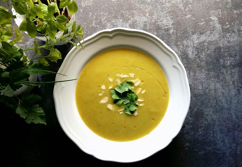 Zupa krem szparagowy z migdałami