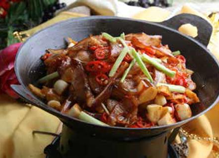 干锅牛腩 Dry-Braised Hot and Spicy Beef Tenderloin in a Chili Pot