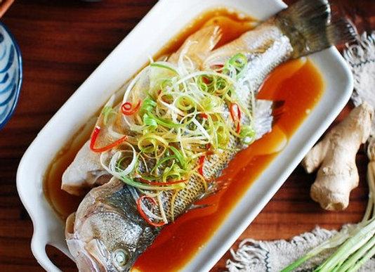 清蒸鲈鱼 Steamed Seabass with Ginger and Spring Onion