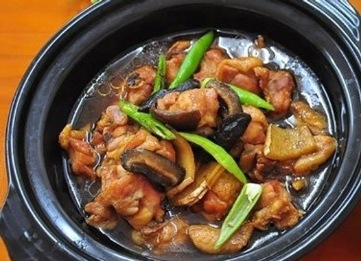 黄焖鸡 Soy Paste Braised Chicken with Chinese Mushroom and Green Peppers