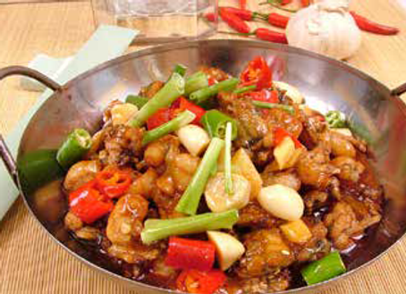 干锅田鸡腿 Dry-fried Spicy Frog Legs in a Chili Pot