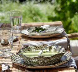 Preciosas vajillas para disfrutar alrededor de una mesa. Aperitivos bien servidos. Recibir en casa e