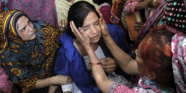 Pakistinian women grieve over the loss of lives in their country.