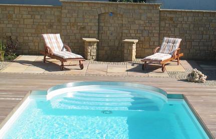 Pool mit Natursteinmauer
