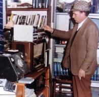 Marcello Bacii junto a una de su radios