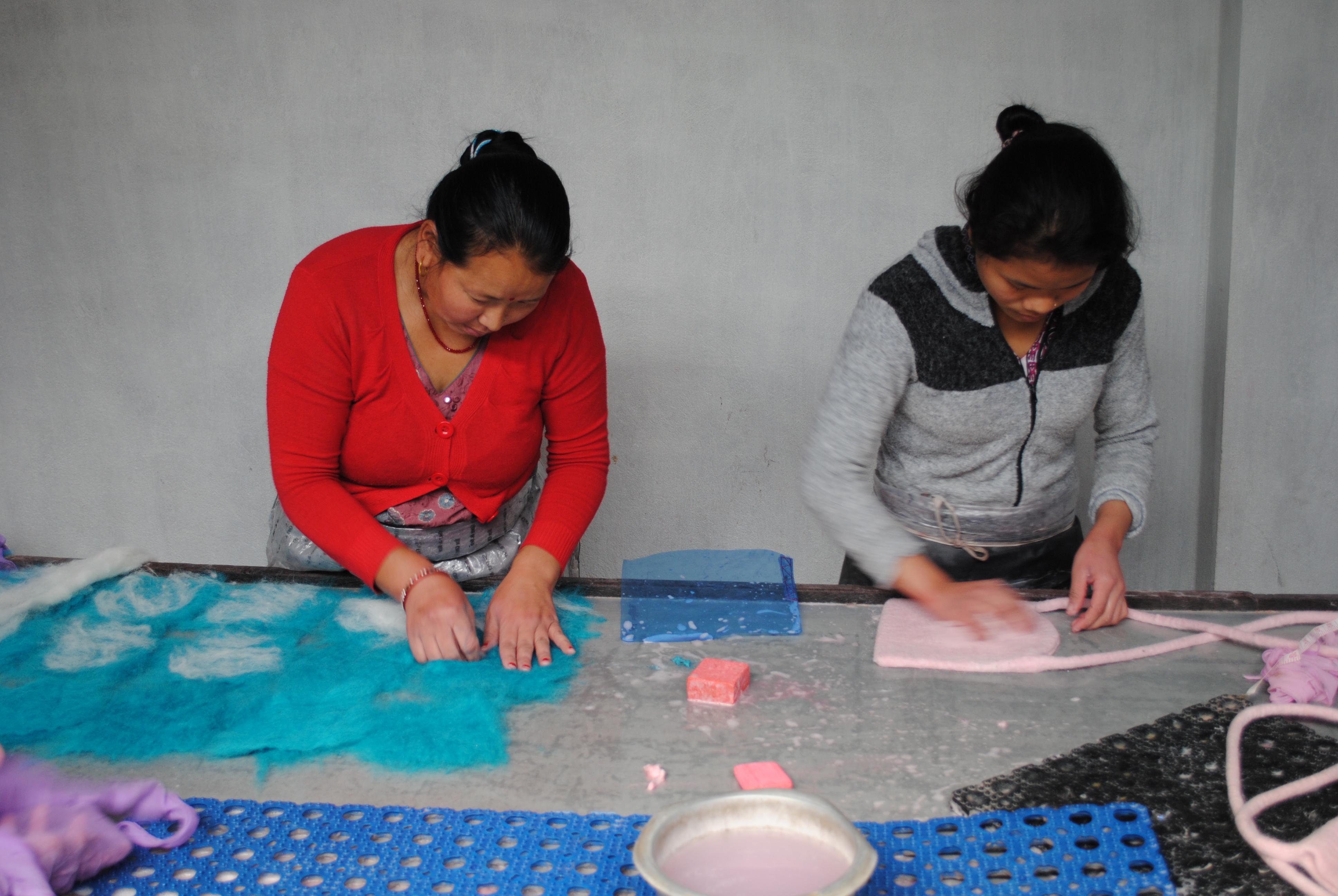 Mitarbeiterinnen beim Filzen