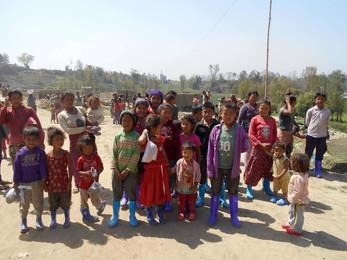 Gummistiefel für die Kinder der Backsteinfabrik
