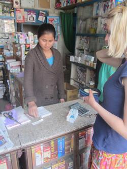 Wiebke kauft Medizin in der Apotheke
