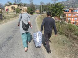 Wir bringen Kleidung ins Dorf