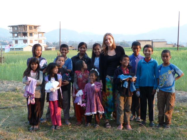 Kids aus dem Dorf mit neuer Kleidung