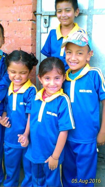 Kids freuen sich über Trainingsanzüge!