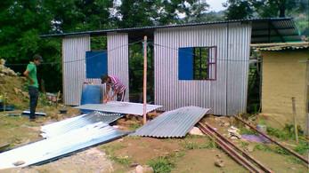 Die ersten Mukta Nepal Häuser stehen und Alina und Linus fahren nach Nepal