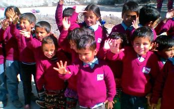 Warme Pullover für 148 Schüler der Shree Bagehini Secondary School