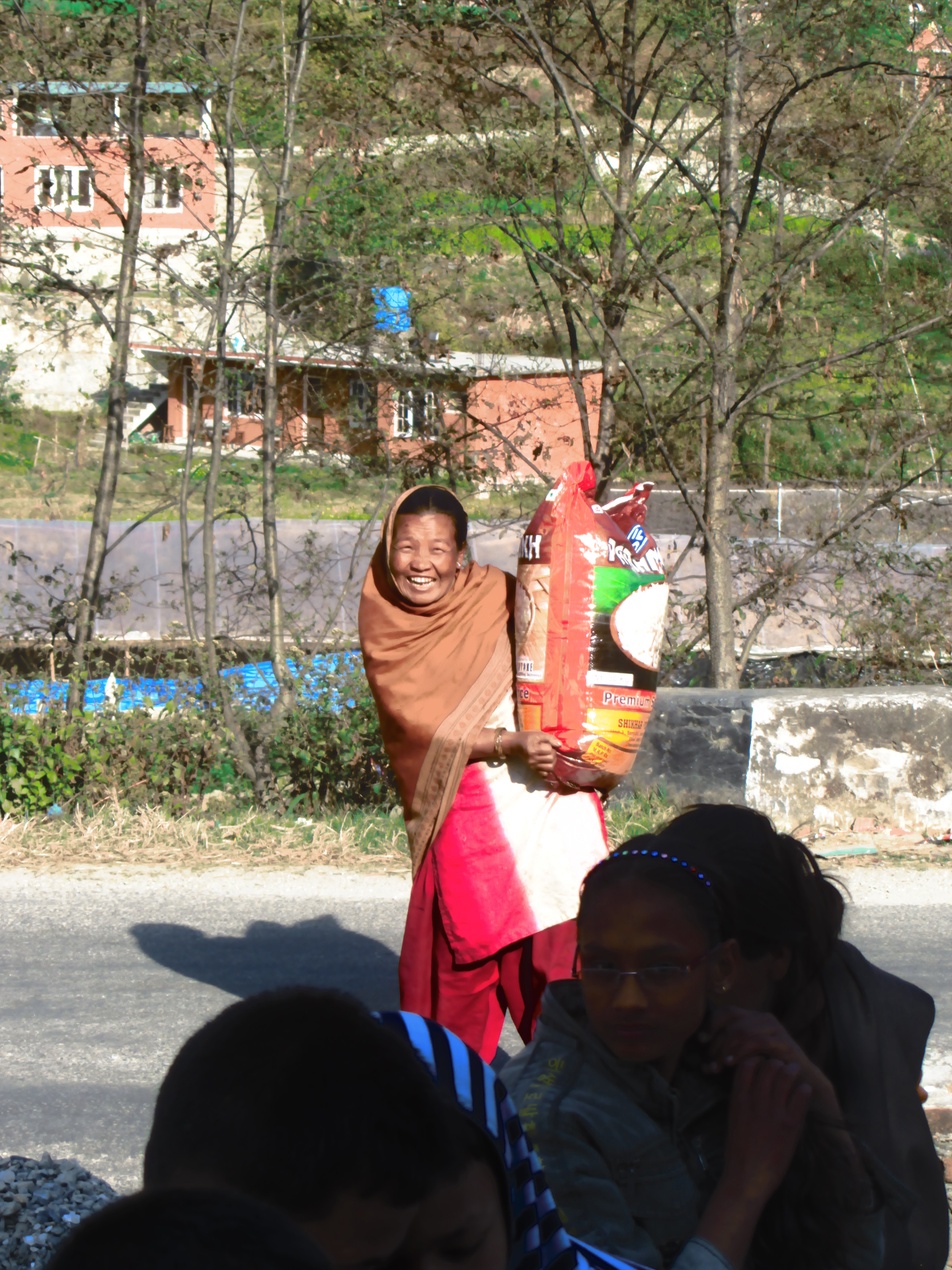 Mama Sunita freut sich über Reis