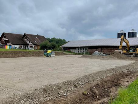 Der Bau des Reitplatzes ist in vollem Gang.. :-)
