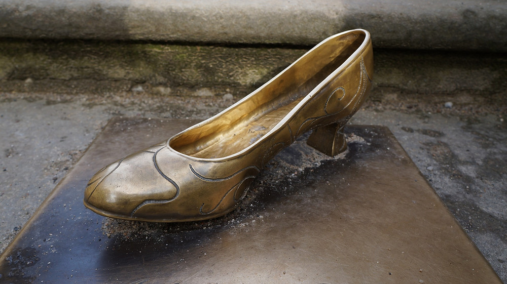 Statue of a gold shoe