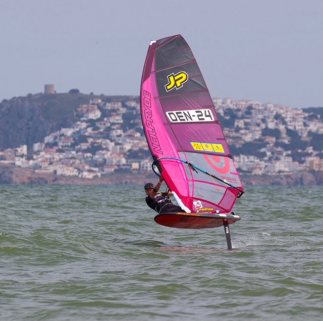 Upwind windfoiling