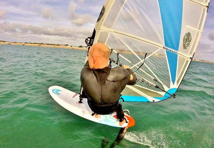 windsurf foiling in 10 knots