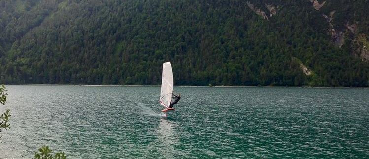 Light wind foiling on the lake