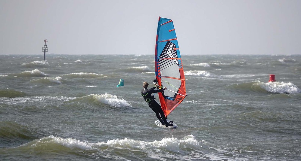 Windfoiling in small waves