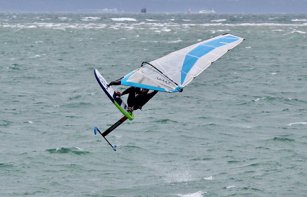 windsurf foil jumping