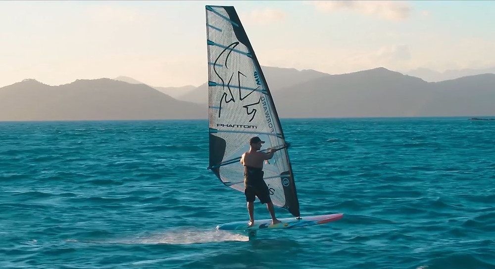 Windsurf foiling without straps