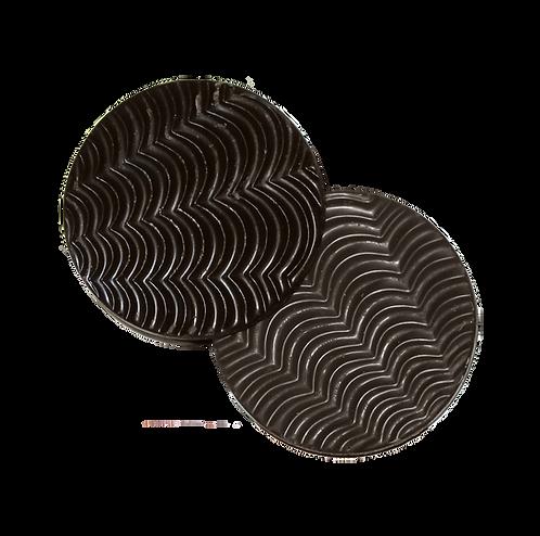 שתי דסקיות עגולות משוקולד מריר עם חזית בצורת גלים