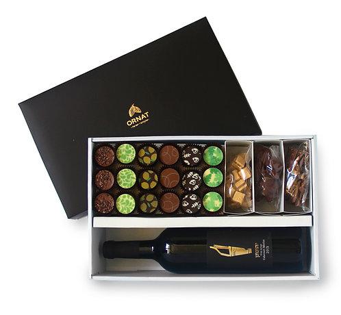 מארז מתנה גדול עם תחתית בצבע בז' ומכסה שחור מט. בצד אחד יין ובצד השני מבחר שוקולדים