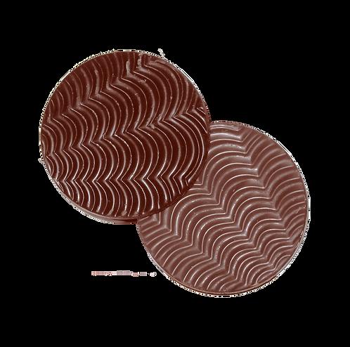 שתי דסקיות עגולות משוקולד חלב בטעם תפוז עם חזית בצורת גלים
