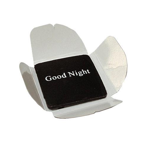 לוחית מרובעת משוקולד עם כיתוב בצבע לבן של לילה טוב