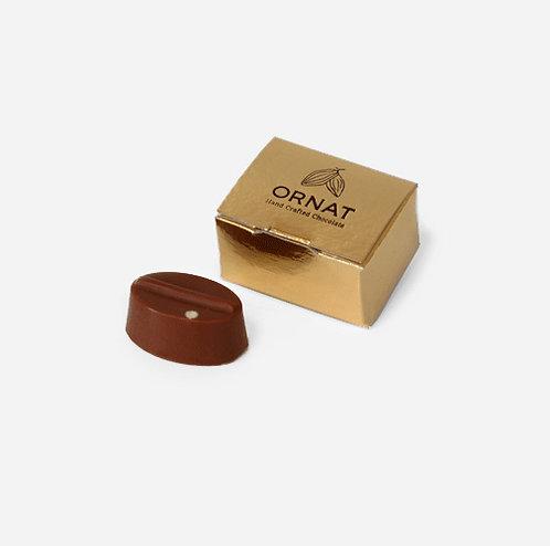 קופסה קטנה בצבע זהב עם לוגו של החברה ופרלין להמחשה