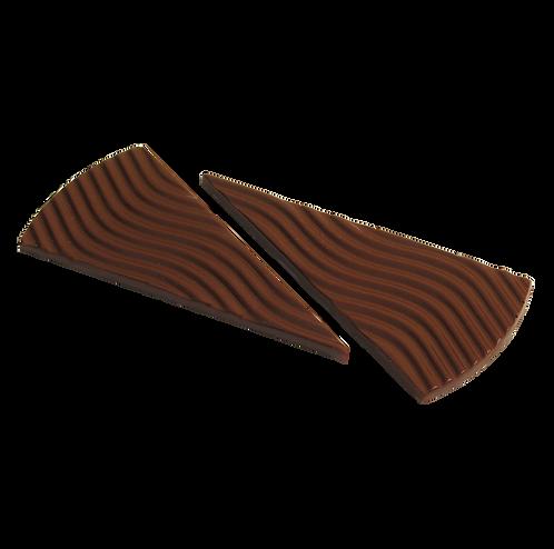 שתי דסקיות משולשים צרים וארוכים משוקולד מריר עם חזית בצורת גלים
