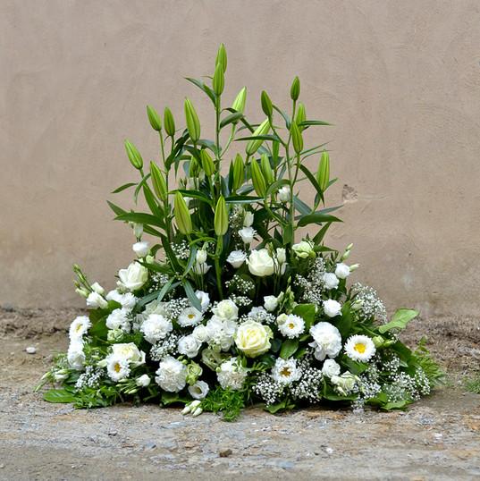 Devant de tombe blanc