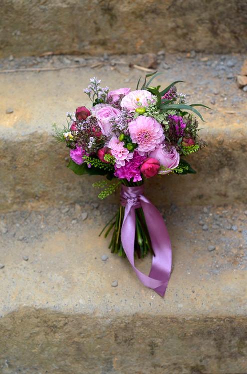 Bouquet de mariée et ruban assorti