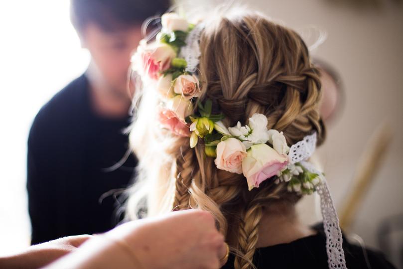 La coiffure de la mariée tresse et fleurs