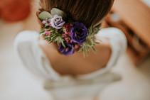 Coiffure de mariée peigne fleurs fraîches