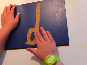 L'apprentissage des lettres se fait par le biais du toucher, de la vue et de l'ouîe
