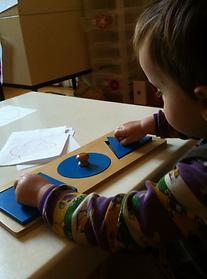 Ce matériel fait partie de la vie sensorielle pour les plus petits, et permet aux plus grands d'apprendre le nom des différentes formes géométriques (pédagogie Montessori)