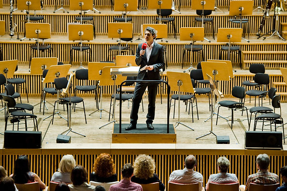 Ali Aslan introducing the Silk Road Symphony Orchestra in Berlin