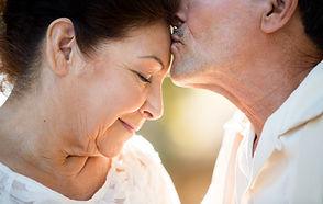 Mand kysser sin hustru på panden