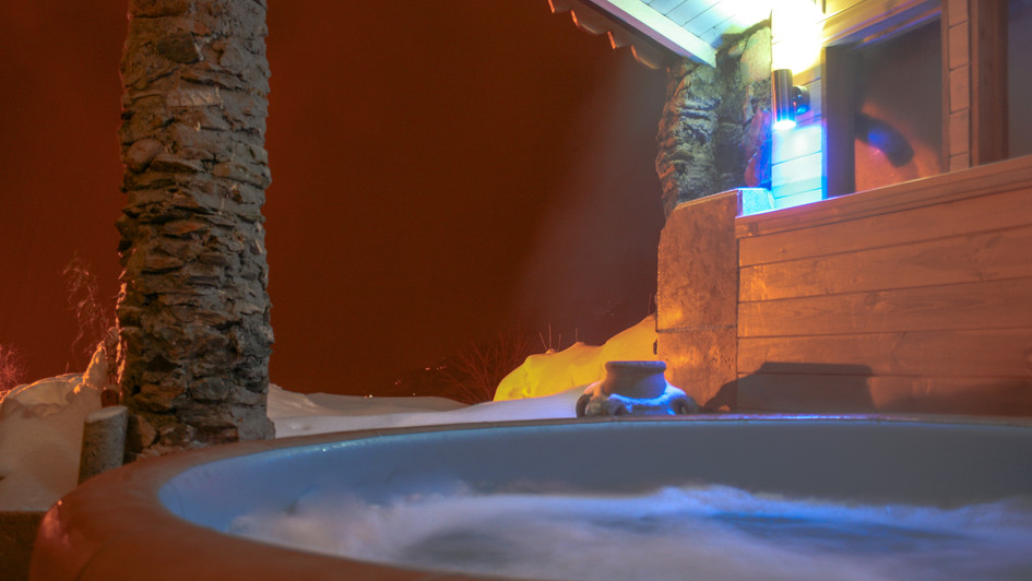 MIRAVIDI Hot tub a.jpg